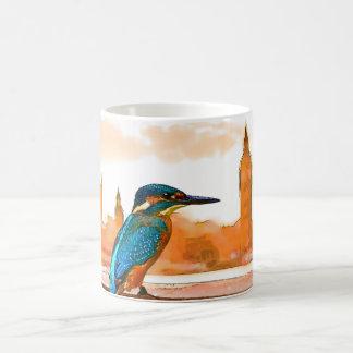 ロンドンのスカイラインのカラフルなカワセミの鳥 コーヒーマグカップ