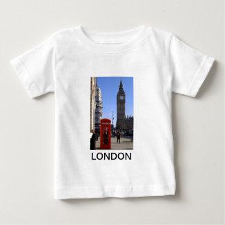 ロンドンのビッグベンそして赤い電話ボックス ベビーTシャツ