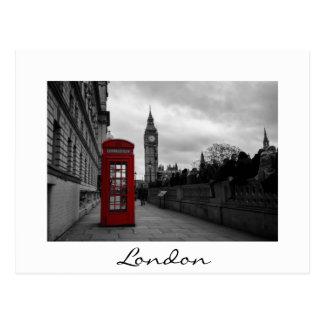 ロンドンの白い文字の郵便はがきの赤い電話ボックス ポストカード