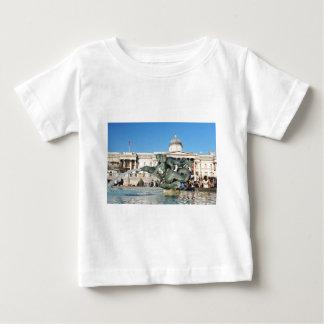 ロンドン、イギリスのトラファルガー広場 ベビーTシャツ