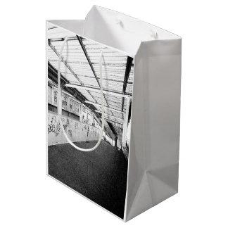 ロンドン(モダンな通りの写真撮影)の中型のギフトバッグ ミディアムペーパーバッグ