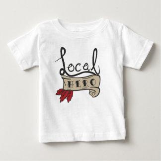 ローカル英雄のロゴのベビーのティー ベビーTシャツ