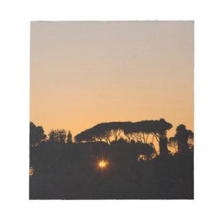 ローマのバックライトの日没の木 ノートパッド