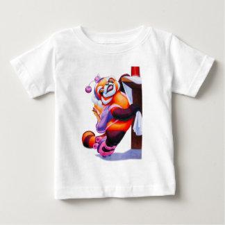 ローラースケートの乳児のTシャツを持つレッサーパンダ ベビーTシャツ