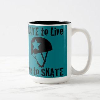 ローラーダービーのスケートで滑るために住むスケート生きている妨害機 ツートーンマグカップ
