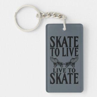 ローラーダービーのスケートで滑るために住むスケート生きている キーホルダー