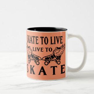 ローラーダービーのスケートで滑るために住むスケート生きている ツートーンマグカップ