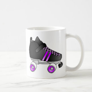 ローラーダービーは黒および紫色スケートで滑ります コーヒーマグカップ