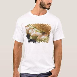 ロールパンはエビ、きゅうりで満ちました Tシャツ