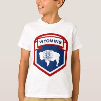 ワイオミングの州の旗の頂上の盾のスタイル Tシャツ