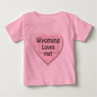 ワイオミングは私をハートのピンクの幼児女の子のTシャツ愛します ベビーTシャツ