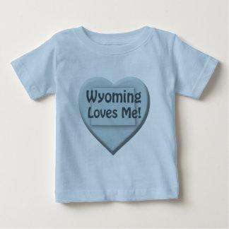 ワイオミングは私をハートの青い幼児男の子のTシャツ愛します ベビーTシャツ