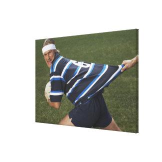 ワイシャツを引っ張られる得ているラグビープレーヤー キャンバスプリント