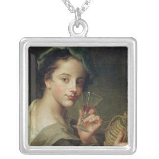 ワインのガラスを持つ女性 シルバープレートネックレス