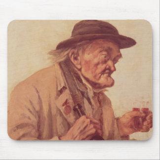 ワインのガラスを持つ老人 マウスパッド