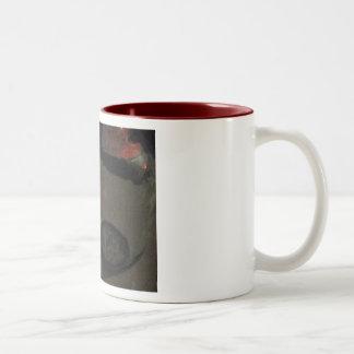 ワインの水差しのあずき色が並ぶマグ ツートーンマグカップ