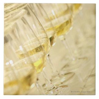 ワインの試飲、終わりのための白ワインのガラス タイル