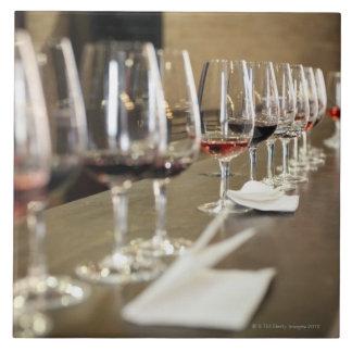 ワイングラスの長い列は大きいのそうセットアップしました タイル