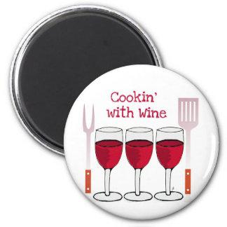 ワインレッドのワインおよびBBQ用具のプリントとの調理 マグネット
