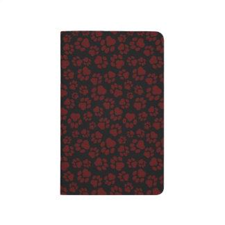 ワイン赤い足のプリントが付いている黒い小型ノート ポケットジャーナル