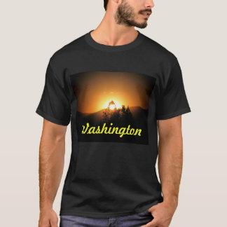 ワシントン州の燃えるような木の日没 Tシャツ