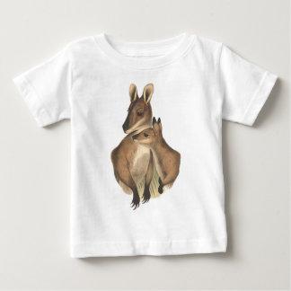 ワラビーのミイラおよびベビー(絵画) ベビーTシャツ