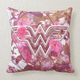 ワンダーウーマンのピンクのツバキによってはロゴが開花します クッション