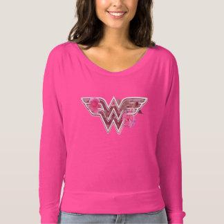 ワンダーウーマンのピンクのツバキによってはロゴが開花します Tシャツ