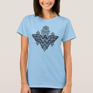 ワンダーウーマンの精神的なペイズリーのHamsaのロゴ Tシャツ