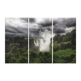 ヴィクトリア滝: broody雲の下の主要な滝 キャンバスプリント