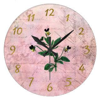 ヴィンテージによって塵を払われるピンクおよび金ゴールドのパンジー ラージ壁時計