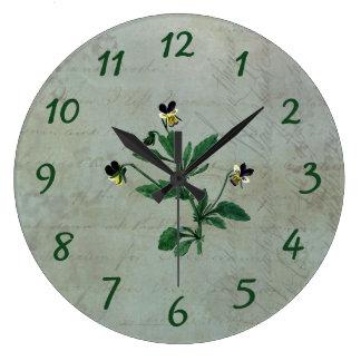 ヴィンテージによって塵を払われる緑および金ゴールドのパンジー ラージ壁時計