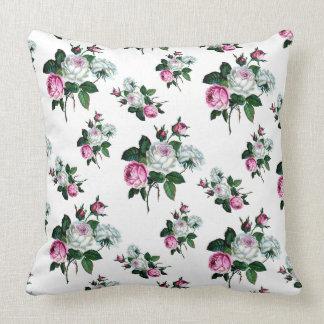 ヴィンテージのぼろぼろのシックなピンクの白いバラパターン クッション