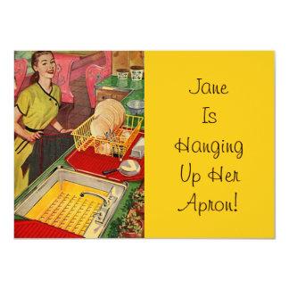 ヴィンテージのエプロンをつるしているレトロの退職の招待状 カード