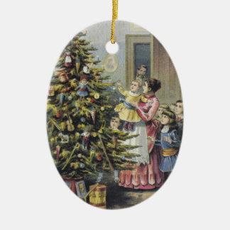 ヴィンテージのクリスマス、木のまわりのビクトリアンな家族 セラミックオーナメント