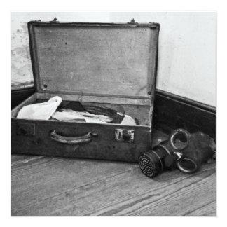 ヴィンテージのスーツケースおよびガスマスクの招待状 カード