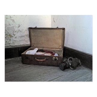 ヴィンテージのスーツケースかガスマスクPoscard ポストカード