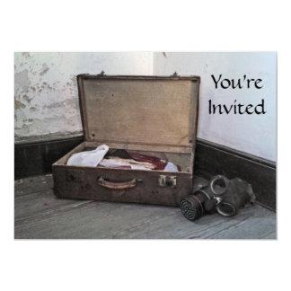 ヴィンテージのスーツケースまたはガスマスクの招待状 カード
