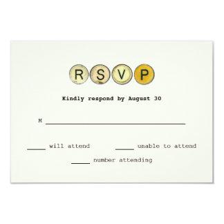 ヴィンテージのタイプライターはRSVPの結婚を調整します カード