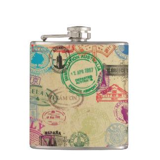 ヴィンテージのパスポートはビニールの包まれたなフラスコを押します フラスク