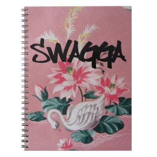 ヴィンテージのピンクの花柄および白鳥の壁紙のノート ノートブック