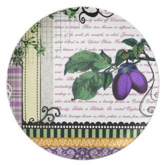 ヴィンテージのプレートを食事する紫色のプラムフルーツ プレート