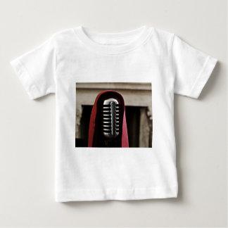 ヴィンテージのマイクロフォンのマント ベビーTシャツ