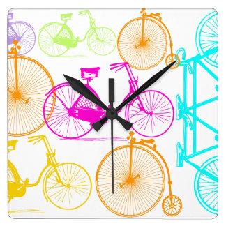 ヴィンテージのモダンな自転車明るい色のネオンパターン スクエア壁時計