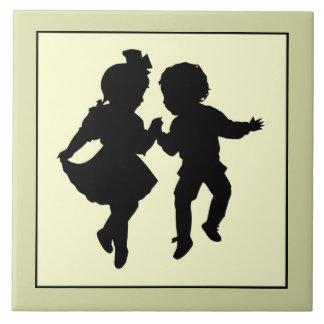 ヴィンテージのロマンチックなシルエットの男の子および女の子の踊り タイル