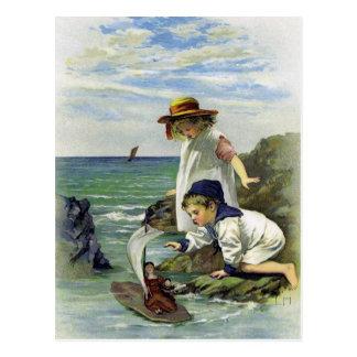 ヴィンテージの子供は海に人形を置きました ポストカード