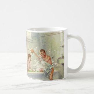 ヴィンテージの子供、たらいではねかけている男の子の兄弟 コーヒーマグカップ