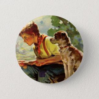 ヴィンテージの子供、彼の飼い犬の雑種犬が付いている男の子の魚釣り 缶バッジ