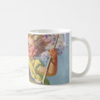 ヴィンテージの子供、木の振動演劇で振れている女の子 コーヒーマグカップ