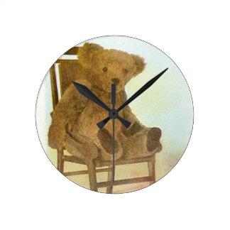 ヴィンテージの引くこと: テディは椅子に関係します ラウンド壁時計